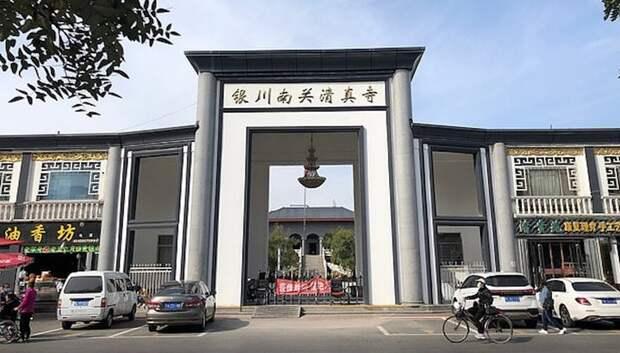 Власти Китая убирают купола и арабские украшения с мечетей страны