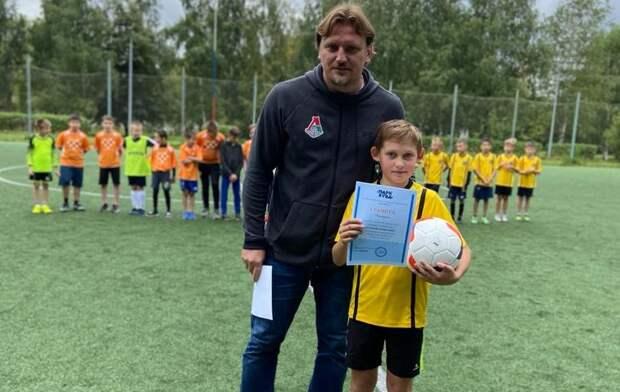 Дмитрий Булыкин вручал награды юным футболистам. Фото: Юлия Слободянюк