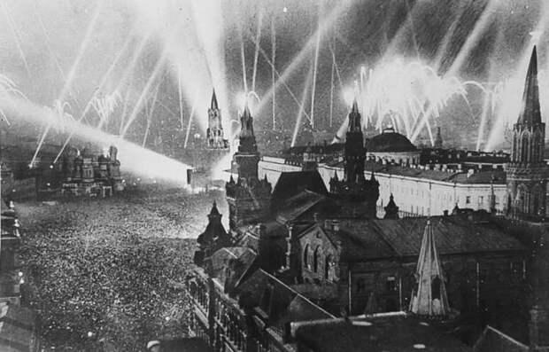 Салют в честь Победы 9 мая 1945 года.