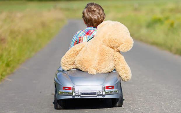 Трехлетний малыш на машинке на шоссе: он спешил спасти отца