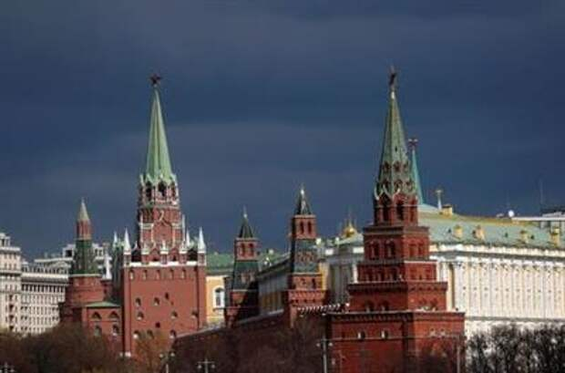 FILE PHOTO: A view shows the Kremlin amid the coronavirus disease (COVID-19) outbreak in Moscow, Russia April 20, 2020. REUTERS/Maxim Shemetov/File Photo