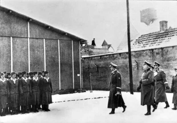 Построение отряда надзирательниц, которые служили в лагере.
