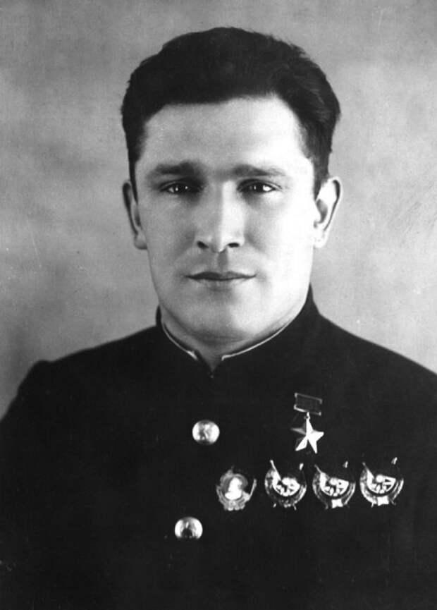 Семёрка истребителей во главе с Сафоновым вступила в бой с 52 вражескими машинами...