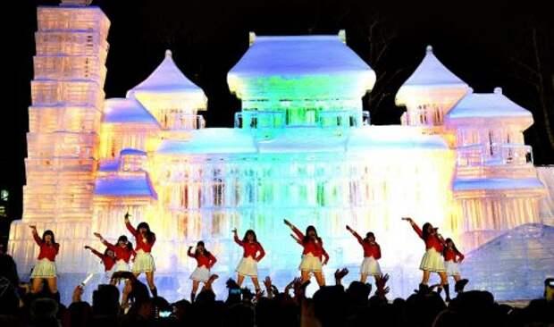 Ночной концерт на фоне ледяного здания