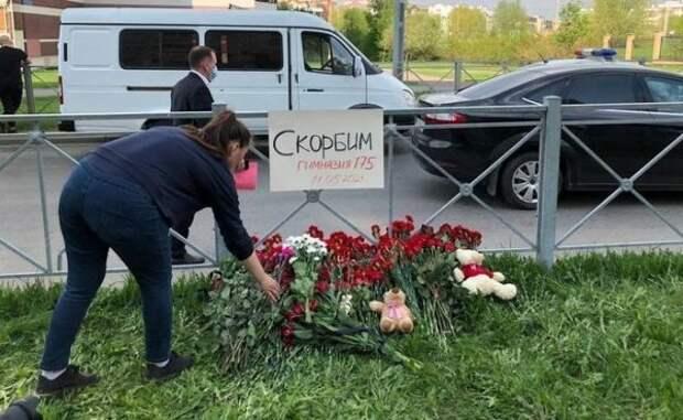 Жители Казани несут цветы кзданию школы №175
