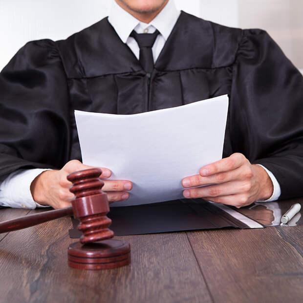 Судья задал старушке-свидетелю вопрос. От ответа ему захотелось спрятаться под стол!