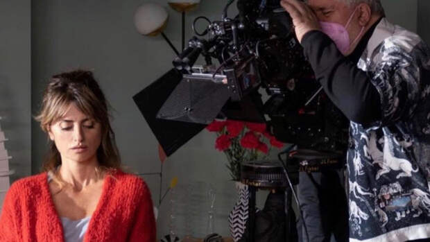 В кадре — красный: Пенелопа Крус на съёмках у Альмодовара