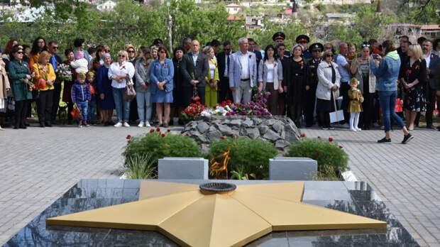 Состоялось возложение цветов к мемориалам и памятным знакам в Бахчисарае и поселке Научный