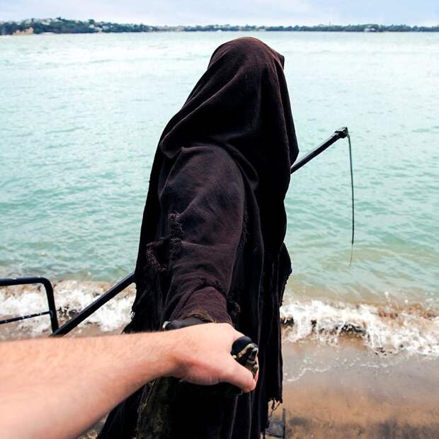 9 фото чувака в костюме смерти, который просто отдыхает на пляже