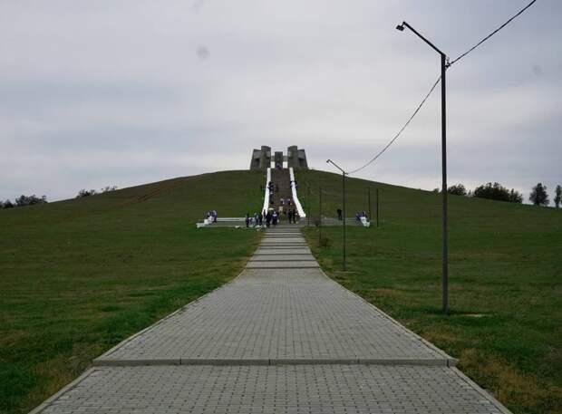 Место памяти: Волонтёры благоустраивают мемориальный комплекс в Сакском районе
