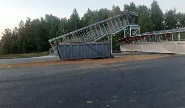 Организован объезд полесной дороге: большегруз снес пешеходный мост под Челябинском