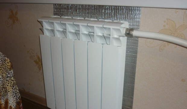Устанавливаем отражатель За поверхностью любого радиатора есть достаточно пространства, чтобы пробраться туда рукой. Наклейте на стену, сразу за радиатором, отражающую фольгу или специальный теплоотражающий материал, пенофол. Обязательно следите за тем, чтобы зазор между наклейкой и батареей не был меньше двух сантиметров, иначе циркуляция воздуха нарушится и эффект будет противоположный желаемому.