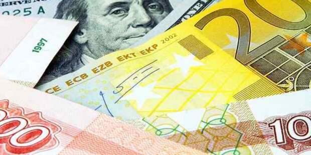 Курс рубля вырос к доллару и евро