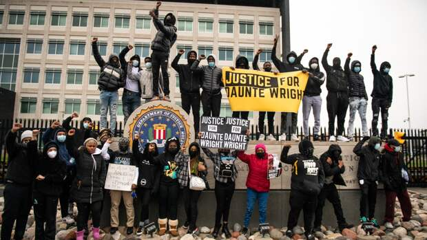 Активисты BLM возвели баррикады вокруг полицейского участка в пригороде Миннеаполиса