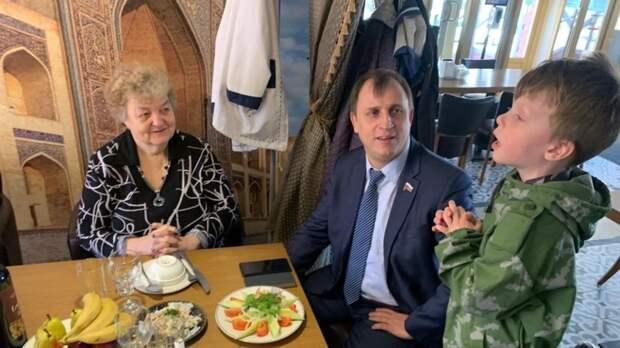 Депутат Госдумы Вострецов поздравил фронтовиков с Днем Победы
