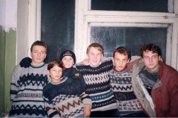 Типичное место встречи молодежи 90-х СССР, прошлое, фото