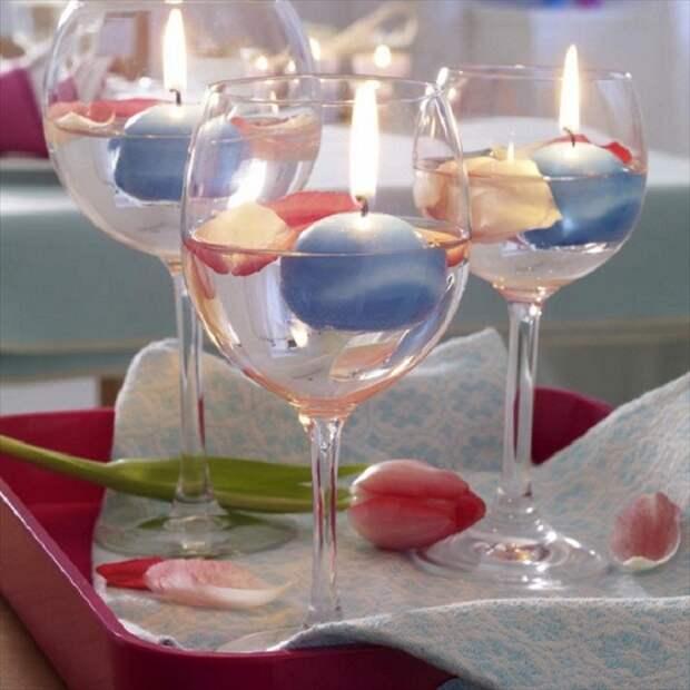 Красивое и очень оригинальное решение использовать в качестве подсвечников свечи в бокалах.