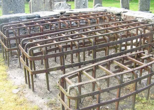 Мортсейфы на кладбище в Шотландии. | Фото: ru.wikipedia.org.