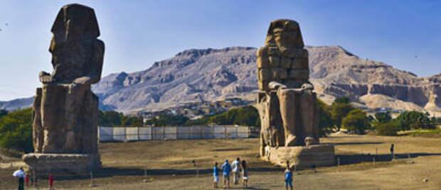 Египтологи нашли недостающие фрагменты Колоссов Мемнона  Подробнее