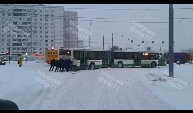 Неравнодушные жители Алтуфьева вызволили застрявший в сугробе автобус