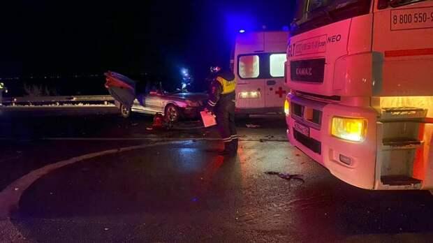 Водитель Mercedes умер зарулем ипопал ваварию вРостовской области