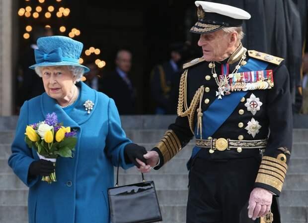 Королева Елизавета II разослала подданным открытки с изображением принца Филиппа