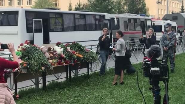 Казанцы массово несут цветы к школе, где произошла стрельба