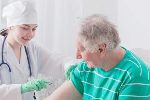 Москвичи старше 60 лет могут записаться на прививку от COVID-19