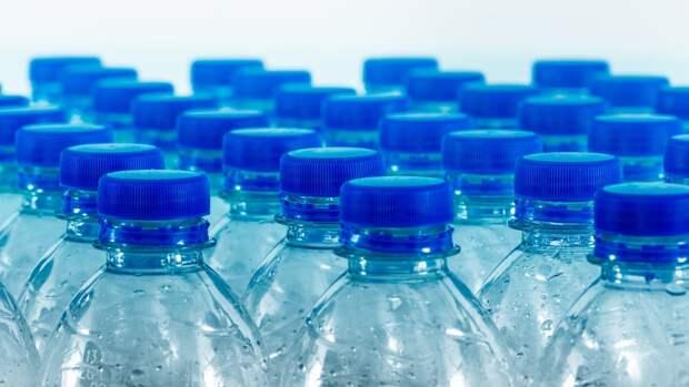 Биохимик сообщила о смертельной опасности воды в пластиковых бутылках