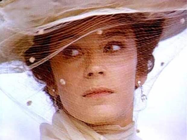 Елена Сафонова в фильме *Очи черные*, 1986 | Фото: kino-teatr.ru