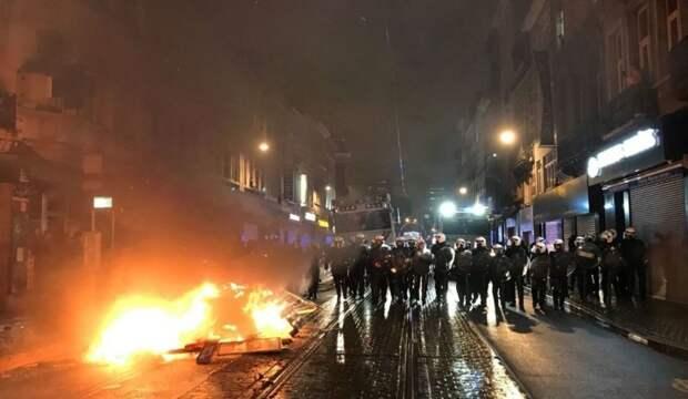 В Брюсселе демонстранты сожгли полицейский участок после гибели мигранта
