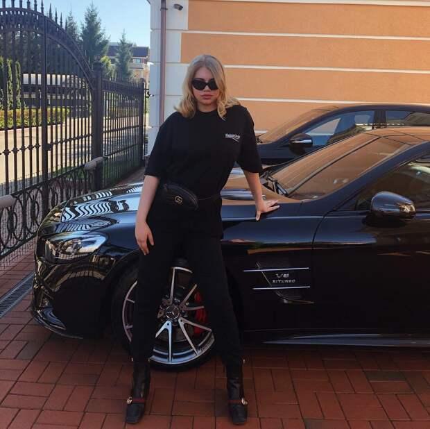 """Дочь олигарха Струкова показала россиянам """"средний палец"""" из Испании (пока её папа продвигает пенсионную реформу)"""