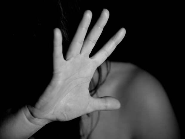 В Москве мужчина изнасиловал девушку, обещав без очереди провести в туалет