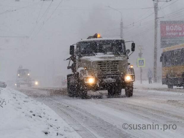 Жителей Удмуртии попросили сообщать об опасных снежных горках возле проезжей части