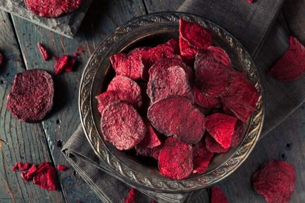 Чипсы из свеклы. \ Фото: zdravakuhinja.com.