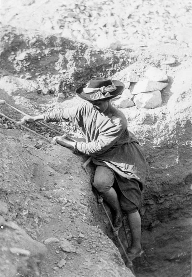 Хильда Питри во время раскопок