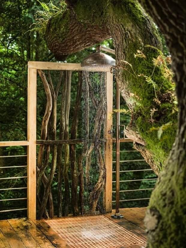 Дом на дереве Woodsman's Treehouse. Летний душ.