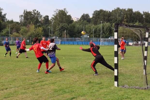 На футбольном поле в Новоподрезкове сразились за кубок главы управы