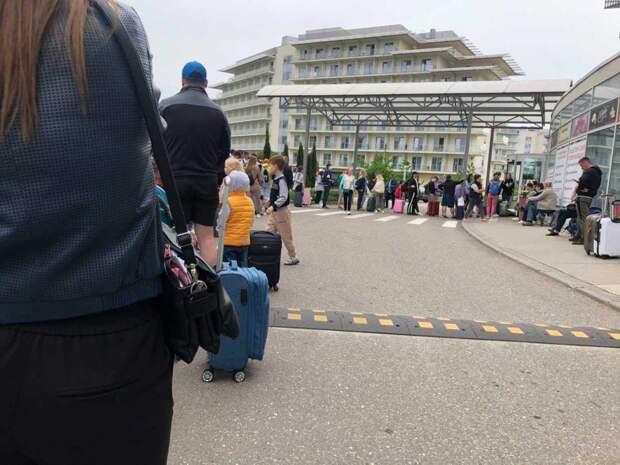 «Тут же и люди лежат, и болгарка пилит»: впечатления туристов от отпуска на курортах России