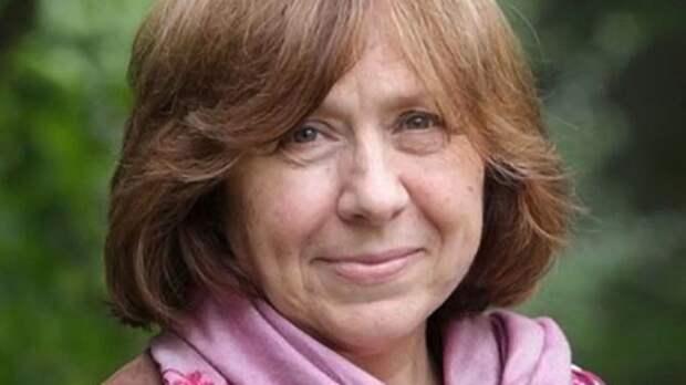 Писательница Алексиевич получила награду от Германии