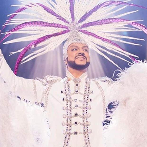 От перьев до розовых кофточек: разбираем главные образы Филиппа Киркорова — поп-короля и негласной квир-иконы