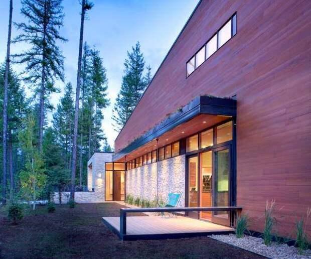 Ультрасовременное крыльцо деревянного дома с навесом