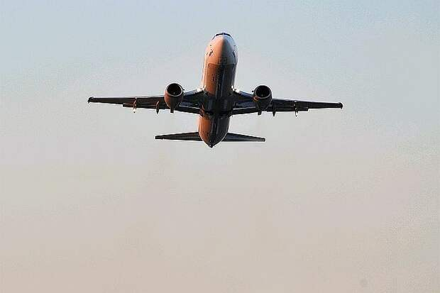 В США при аварийной посадке самолет сбросил топливо над начальной школой