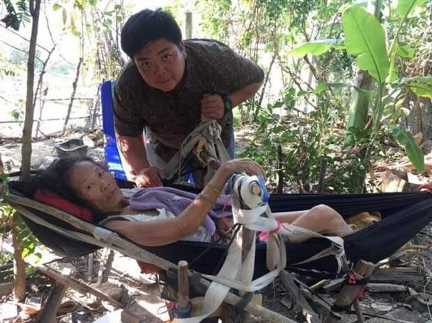Голодающий муж продолжает кормить парализованную жену Любовь, в мире, люди, помощь, семья, таиланд