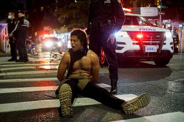 Задержание участника уличных протестов в Нью-Йорке. Фото: REUTERS