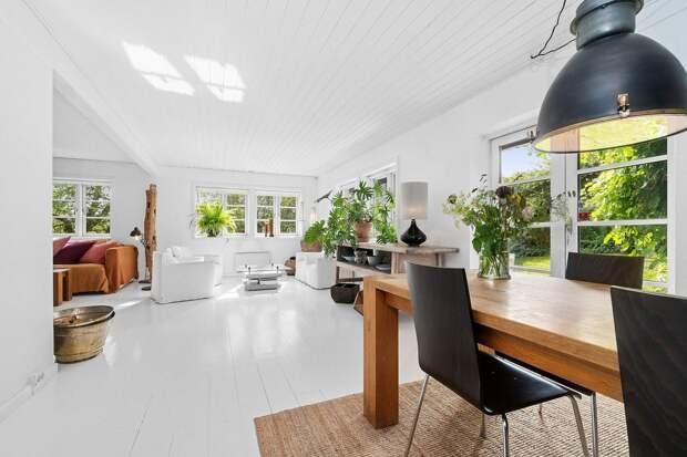 Стильный деревенский дом: светлый интерьер, современная техника, винтажный декор