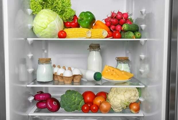 На средней полке холодильника хранят полезные продукты. / Фото: Tr.pinterest.com