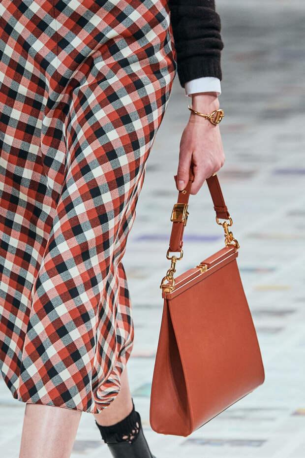 Рыжая сумка-тоут от Chriatian Dior. /Фото: assets.vogue.com