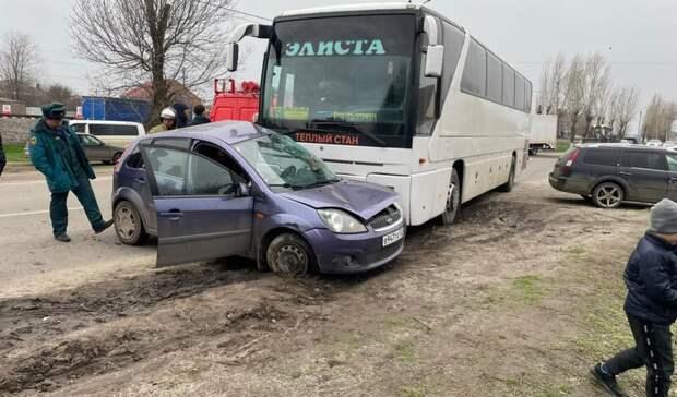 Ford и пассажирский автобус столкнулись в Сальске, один человек погиб