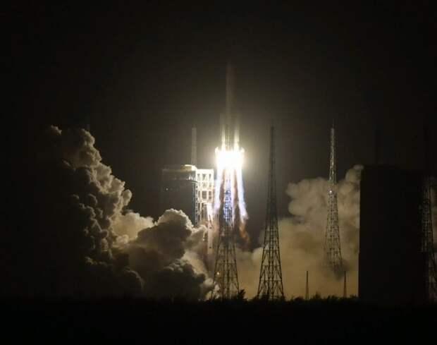 Китай запустил свою первую миссию по сбору грунта на Луне